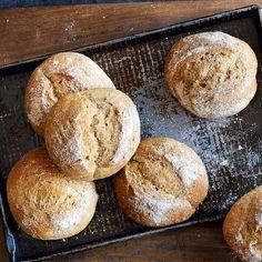 Es gibt so viele verschiedene Brotrezepte, doch es gibt nur einige, die immer aktuell bleiben, so wie die Sauerteigbrötchen. Backen Sie sie doch mal s...