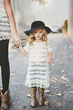 Vontade de apertar essa lindinha toda montada no estilo boho! - Cutest little outfit.