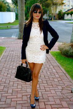 Hi girls, Ando in love pelo azul marinho e a combinação do blazer com um vestido mais curto deixou a produção com um ar mais arrumadinho – tipo Patricinha, não acham??? Os acessórios com pé…