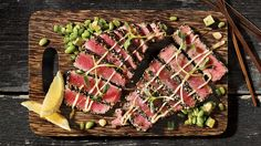 For a cocktail reception or an easy and delicious appetizer, try this tuna tataki with sesame recipe Sesame Recipes, Asian Recipes, Healthy Recipes, Yummy Appetizers, Appetizer Recipes, Tuna Tataki, Pause, Ceviche, Fish Dishes