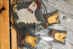 bellissimo sito applique prim!! Wooden Spool Designs Ruffled Feathers The Pattern Huth sewing primitive wool applique chicken spring pillow craft pattern