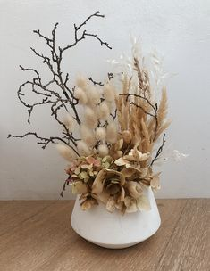 Flower Shop Design, Flower Designs, House Plants Decor, Plant Decor, Dried Flower Bouquet, Dried Flowers, Large Flower Arrangements, Vertical Garden Design, How To Preserve Flowers