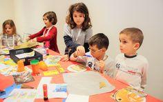 Tra colla, forbici e colori fluorescenti, ogni bambino sceglie come realizzare la sua stella dei desideri.