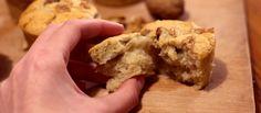 Les meilleurs muffins du monde  150 g de farine de blé T55 50 g de fécule de maïs 1 càc de levure chimique 1 càc de bicarbonate de soude 70 g de sucre de canne blond 1 sachet de sucre vanillé 150 mL de lait végétal (soja de préférence, pour une consistance plus moelleuse et plus riche) 45 g d'huile de tournesol ou de pépin de raisin 1 càs de vinaigre de cidre 1 banane 3 cerneaux de noix