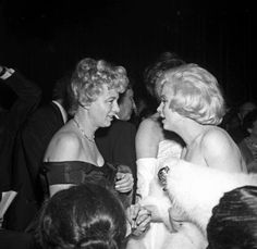 Marilyn with Shelley Winters at the Golden Globe Awards, 8 March, 1960.