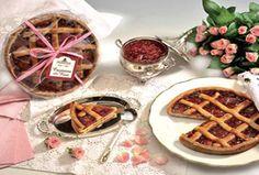 La crostata di violetta e frutti di bosco è ottima da gustare a colazione o dopocena. Ma è adatta anche per un dolce momento di festa.