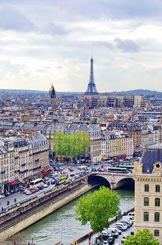 Paris vu depuis les tours de Notre-Dame, la tour Eiffel, l'Abbaye de Saint-Germain, le dôme des Invalides