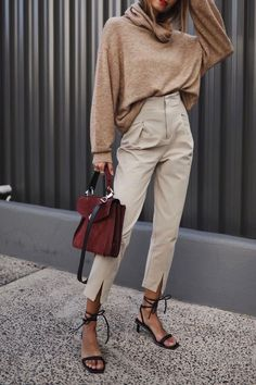 Are you looking for effortless minimalist outfit ideas to refresh your spring wardrobe? For no brainer easy mornings, we round up fifteen looks to get you inspired. Mode Outfits, Chic Outfits, Fashion Outfits, Swag Fashion, Fashion Pants, Fashion Trends, Fashion Tips, Minimalist Outfit, Minimalist Fashion