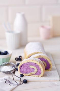 Verwöhnen Sie Ihre Gäste mit einer Biskuitrolle: Die Roulade mit Heidelbeerfüllung und lockerem Biskuitboden passt perfekt zum Kaffee oder als Nachtisch..