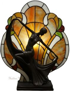 "Tafellamp Tiffany. Handgemaakt van echt glas. ""Art Deco Dame"". Hoog: 44 cm. Breed: 36 cm. Diep: 17 cm. Fitting: 1 x E14."