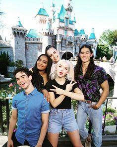 900 Descendents Ideas In 2021 Disney Descendants Disney Channel Descendants Disney Decendants