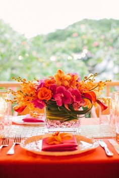 Colors that pop in this bold and beautiful tropical tablescape