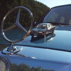 It is always good to have a friend with you. Do you collect model cars? #MBFanPhoto by @matthias_w123_200d #Mercedes #MBStar #ModelCar…
