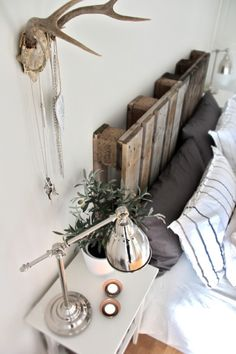 Bedroom, DIY Recycled Pallet Headboard | Shelterness, lampe industrielle, table de chevet, lampe de chevet, blanc, gris , plante, bougies