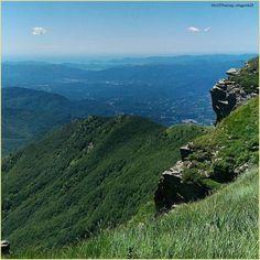 Laggiù si vede il #mare. La #PicOfTheDay #turismoer di oggi scruta l'orizzonte dalle verdi cime dell'Appennino parmense. Complimenti e grazie a @lagrein21 / As far it can be, down there is the #sea. Today's #PicOfTheDay #turismoer is observing the horizon from #Parma's Apennines. Congrats and thanks to @lagrein21