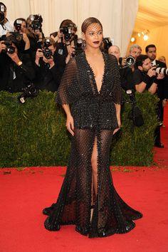 Beyoncé en robe sur mesure Givenchy haute couture http://www.vogue.fr/sorties/on-y-etait/diaporama/le-gala-du-met-costume-institute-2014/18624/image/998016#!beyonce-en-robe-sur-mesure-givenchy-haute-couture