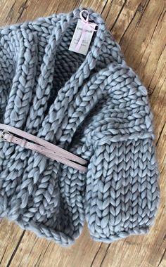 Cardigan of Merino wool. A warm cardigan made of large yarn. Giant Knitting, Arm Knitting, Knitting Patterns, Knit Fashion, Look Fashion, Crochet Quilt, Knit Crochet, Laine Chunky, Cardigan Gris