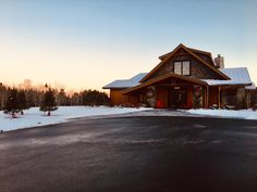 The Welcome Lodge is simply stunning decked in holiday decor. Backdrops, Deck, Cabin, Country, Luxury, House Styles, Holiday Decor, Outdoor, Home Decor