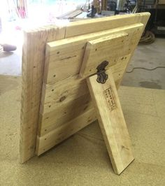 Wood Pallets Ideas Easy DIY Picture Frame from Pallet Wood - step by step! Pallet Picture Frames, Pallet Pictures, Picture On Wood, Pallet Crafts, Diy Pallet Projects, Wooden Crafts, Pallet Ideas, Wood Ideas, Pallet Designs