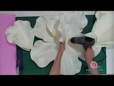 Paper Flower Patterns, Paper Flowers Craft, Large Paper Flowers, Paper Flower Tutorial, Giant Paper Flowers, Flower Crafts, Diy Flowers, Flower Decorations, Fabric Flowers