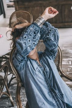 River_Island-Dry_Martina-Boho_Top-Blue_Blouse-White_Jeans-Espadrilles-Outfit-Street_Style-53 Gypsy Style, Hippie Style, Bohemian Style, Boho Chic, My Style, Estilo Jeans, Estilo Boho, Denim Fashion, Boho Fashion