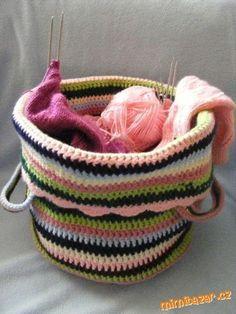 Háčkovaný přenosný vak na pletací a háčkovací potřeby Crochet Purses, Crochet Bags, Straw Bag, Wicker, Diy And Crafts, Basket, Embroidery, Knitting, Decor