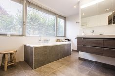 "Percorsi Quartzite ""Combe"" Spazzato #badkamer #bathroom #vloer #floor #flooring #tiles #tegels #fossiel #fossil #interieur #interior #interieurdesign #interiordesign"