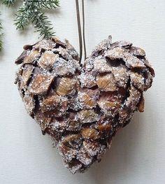 Новогодняя поделка из шишки для украшения дома в форме сердца