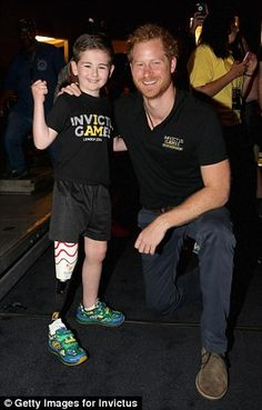 Prince Harry meets old amputee Rio Woolf at the powerlifting during the Invictus Games Orlando 2016 at ESPN Wide World of Sports on May 2016 in Orlando, Florida. Prince Harry, patron of the. Get premium, high resolution news photos at Getty Images Prince Harry Of Wales, Prince Henry, Prince Harry And Meghan, Prince William, Lady Diana, Diana Son, Diana Spencer, Duchess Kate, Duke And Duchess