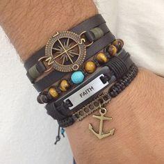 Kit 4 pulseiras masculinas, sendo:  - 1 pulseira de couro preto 3 voltas com entremeio Rosa dos ventos em banho ouro velho  - 1 pulseira shambala com pedras naturais olho de tigre e turquesa  - 1 pulseira de couro com placa Faith (fé)  - 1 pulseira shambala com pingente âncora    > Informe no ped...