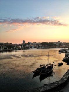 O que fazer no Porto Via You Must Go Blog, Renata Araujo | 15/05/2013 Conhecida como a capital da cultura da Europa, o Porto é a cidade segunda maior cidade de Portugal e cheia de atrativos. Localizada a 300 kms de Lisboa, além de carro ou avião, o acesso por ser feito por trem e dura cerca de 2:45 minutos. #Portugal