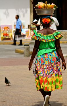 Las Palenqueras are the famous ladies dressed in vibrant colours carrying fruit… Colombian Culture, Cuban Culture, Jamaican Art, Costume Africain, Beautiful People, Beautiful Pictures, African Traditions, Caribbean Art, Equador