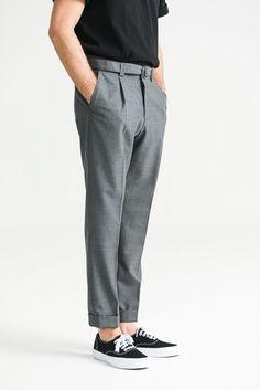 Comment bien s'habiller pour une soirée d'été ? Nos conseils pour homme. Menswear, Sweatpants, Fashion, Bermudas, Cotton Scarves, Open Toe, Cos Outfit, Club Outfits, Moda