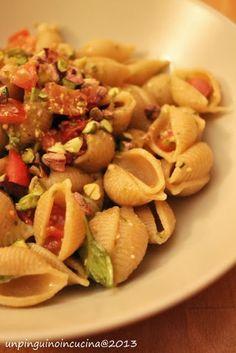 Un pinguino in cucina: Pasta con pomodorini, pesto e pistacchi - Pasta with Cherry Tomatoes, Pesto and Pistachios