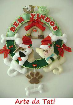 Guirlanda bichinhos Snowman Christmas Ornaments, Christmas Mesh Wreaths, Christmas Swags, Christmas Door Decorations, Christmas Baubles, Felt Christmas, Felt Ornaments, Holiday Decor, Felt Crafts