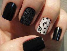 unhas bem decoradas com esmalte preto