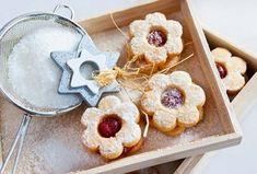 Linecké cukroví je klasikou, která na našem stole nemůže chybět Biscuits, Dairy, Sugar, Pasta, Cheese, Cookies, Desserts, Food, Sweet Ideas