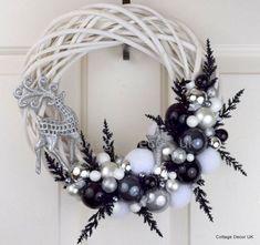 Unique And Unusual Black Christmas Decoration Ideas 22 Black Christmas Decorations, Gold Christmas, Christmas Tree, Diy Wreath, Wreath Ideas, Gold Wreath, White Wreath, Wreath Making, Diy Weihnachten
