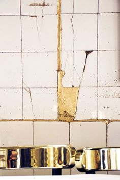 Designer Maud Bury used copper-leaf grout to fill in the old cracked white tiles at the Anahi restaurant in Paris. Photo by: Marlene Huet Kintsugi, Tapis Design, Tile Design, Wabi Sabi, Interior Design Living Room, Living Room Designs, Objet Deco Design, Argentine, Paris Restaurants