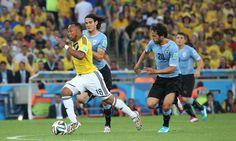 O colombiano Zúñiga recebe e marcação de Cavani e Álvaro González