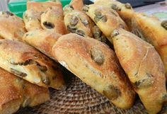 Try making this - rustic olive mini loaves. Focaccia Pizza, Tuscan Recipes, Olive Bread, Bread And Pastries, Easy Cooking, Bread Baking, I Love Food, My Favorite Food, Pane Olive