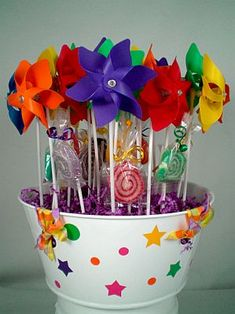 Love how to display the pinwheels. Candy Party, Party Favors, Gouts Et Couleurs, Girls Party, Fiesta Decorations, My Little Pony Birthday, Troll Party, Festa Party, Candy Bouquet