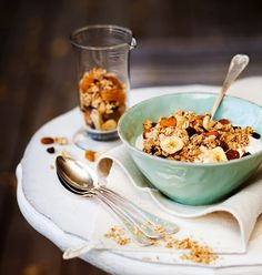 Makea ja rapea paahdettu mysli eli granola on loistava alku aamulle.