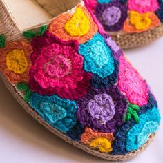 Somos Gypsy Latina, hacemos alpargatas bordadas a mano y customizadas. Estilo bohemio hippie chic. Espadrilles. Visítanos en Instagram para conocer todos nuestros modelos! Crochet Slipper Boots, Crochet Slipper Pattern, Crochet Sandals, Crochet Slippers, Diy Embroidery Crafts, Embroidery Patterns, Painted Canvas Shoes, Handmade, Instagram