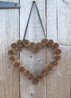 Weihnachtsdeko basteln mit Tannenzapfen – Wundervolle DIY Bastelideen Making Christmas decorations with pine cones – DIY craft ideas – Pine cones making heart door wreath Fall Crafts, Holiday Crafts, Christmas Wreaths, Diy And Crafts, Christmas Crafts, Arts And Crafts, Christmas Christmas, Paper Crafts, Pine Cone Christmas Tree