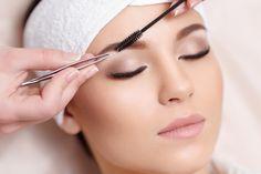 Soulignez la teinte et brossez vos sourcils avec un mascara spécial sourcils.