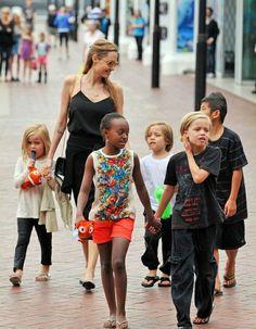 Angelina mit den Kindern unterwegs