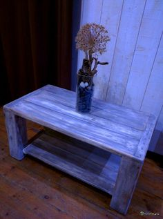 Table basse flottée rectangulaire  Belle table basse rectangulaire double plateaux en bois MASSIF de recupération flotté. La table est réalisée à partir d'un jeu de palettes entières qui ont été flottées, usées, et rejetées par l'océan. La table est dans les tons gris et blanc avec un aspect usé, très vintage. La table propose deux plateaux et est très soyeuse au toucher.  Bois : Palette flottée sans traitement ajouté. Finition à l'eau pour stabiliser les couleurs dans le temps et à l'usage.