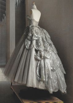 vuittonv: Christian Dior Haute Couture silk taffeta-and-tulle dress fall ph. Vogue US (May vuittonv: Christian Dior Haute Couture silk taffeta-and-tulle dress fall ph. Vogue US (May Dior Haute Couture, Elie Saab Couture, Style Couture, Silver Gowns Couture, Couture Dresses, Vintage Dior, Vintage Gowns, Vintage Couture, Mode Vintage