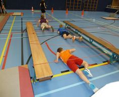 TIE STRING BETWEEN PATIO CHAIRS FOR OBSTACLE COURSE- Tijgeren in de gymzaal